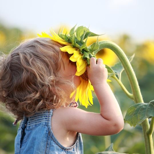 child-smelling-flower-kopie4